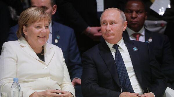 Президент РФ Владимир Путин и канцлер ФРГ Ангела Меркель. Архивное фото
