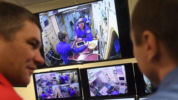 Члены основного экипажа МКС-58/59 астронавт НАСА Энн МакКлейн и астронавт Канадского космического агентства Давид Сен-Жак во время комплексных экзаменационных тренировок в Центре подготовки космонавтов. 13 ноября 2018