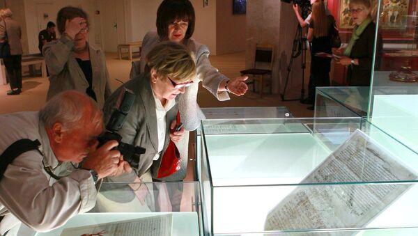 Посетители рассматривают экспонаты на выставке. Архивное фото