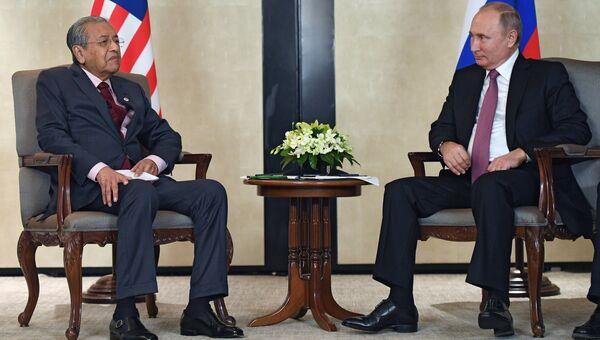 Владимир Путин и премьер-министр Малайзии Махатхир Мохамад во время встречи в Сингапуре. 13 ноября 2018