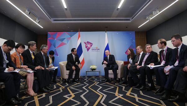 Президент РФ Владимир Путин и премьер-министр Королевства Таиланд Прают Чан-Оча во время встречи в Сингапуре. 14 ноября 2018