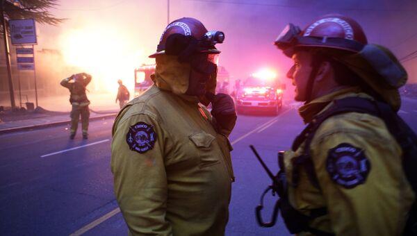 Спасатели на месте лесного пожара в штате Калифорния. Архивное фото