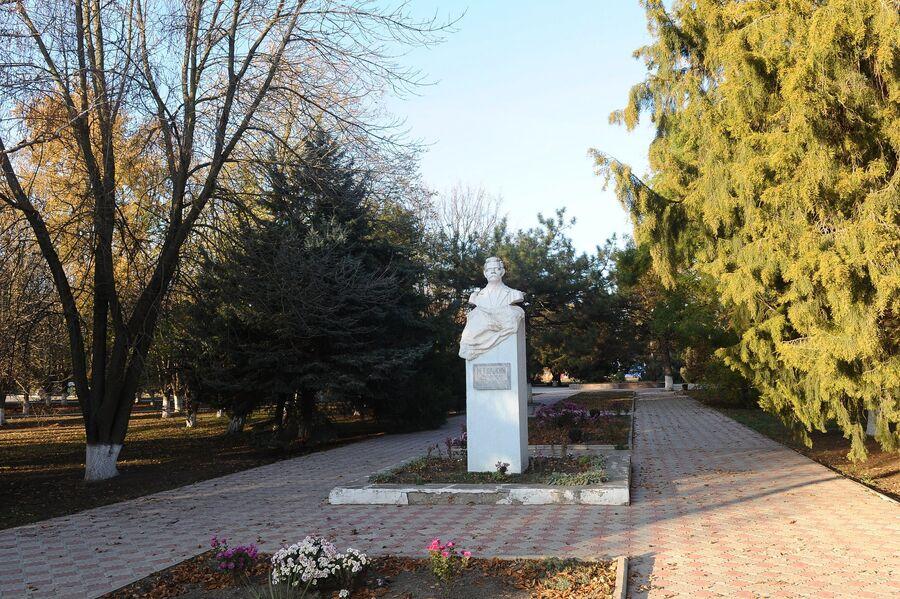 Памятник Максиму Горькому в станице Кущевская Краснодарского края