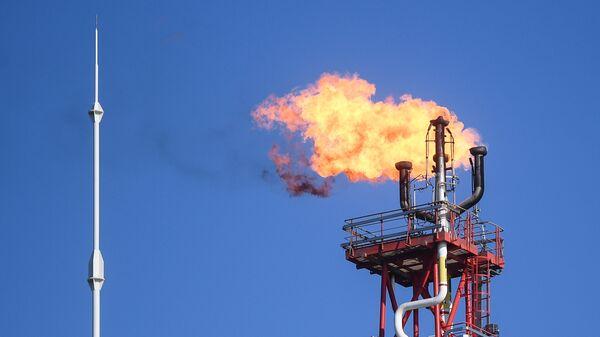 Факел стационарной платформы компании Лукойл в акватории Каспийского моря