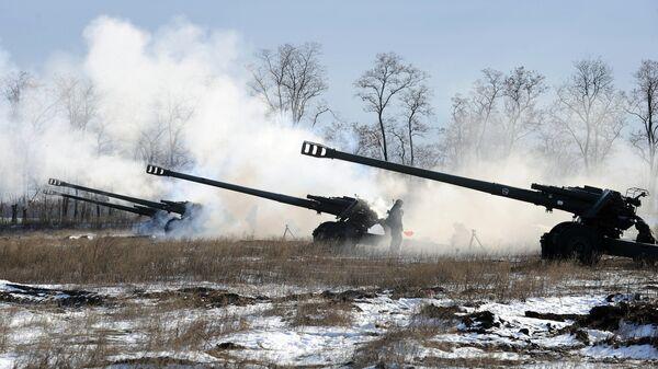 Военнослужащие 150-й мотострелковой стреляют из гаубиц 2А65 во время учений на полигоне Кузьминский в Ростовской области
