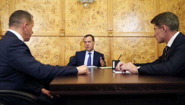 Дмитрий Медведев, полномочный представитель президента в Дальневосточном федеральном округе Юрий Трутнев и ВРИО губернатора Приморского края Олег Кожемяко во время встречи. 16 ноября 2018
