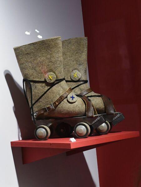 Валенки на роликах из Мышкинского музея валенок на выставке Валенки. От царских дворцов до модных подиумов