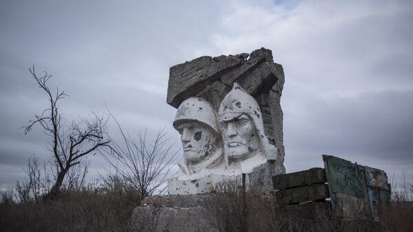 Скульптура, поврежденная в результате обстрела, в поселке Зайцево Донецкой области.
