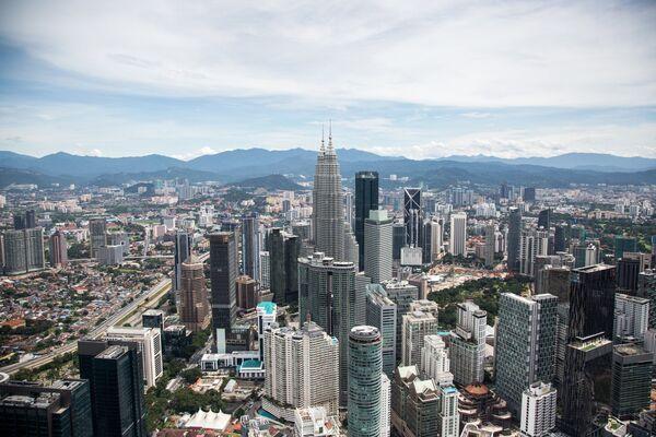 Вид на город со смотровой площадки телебашни Менара Куала-Лумпур. В центре: башни-близнецы Петронас