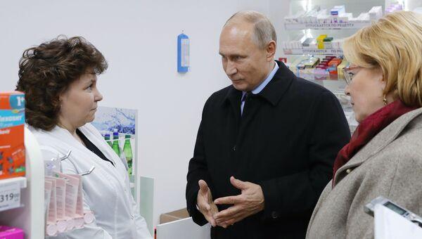 Президент РФ Владимир Путин во время посещения аптеки в Санкт-Петербурге. Архивное фото