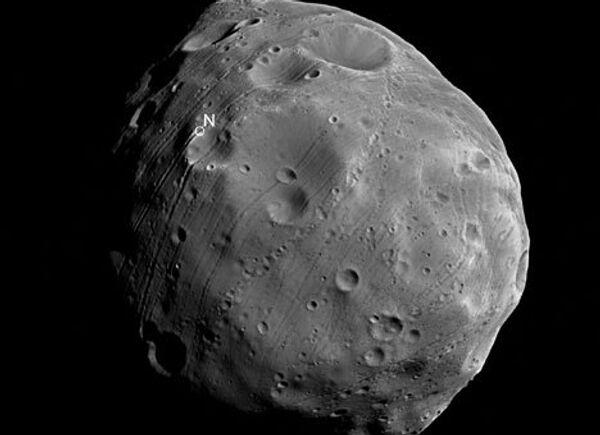 Фотография спутника Марса Фобоса, сделанная с борта зонда Mars Express. Архив