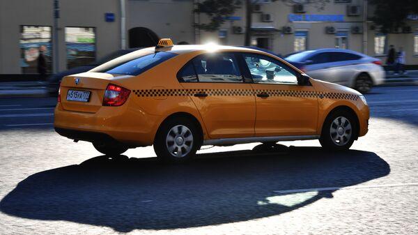 Автомобиль такси на улице Москвы