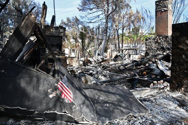 Здание, сгоревшее в результате лесных пожаров, в городе Малибу в штате Калифорния