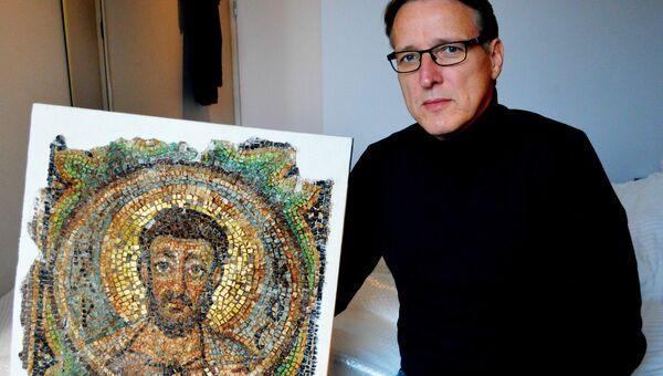 Артур Брэнд с фрагментом мозаики Святого Марка, пропавшую из кипрской церкви Панайя Канакария после турецкого вторжения 1974 года