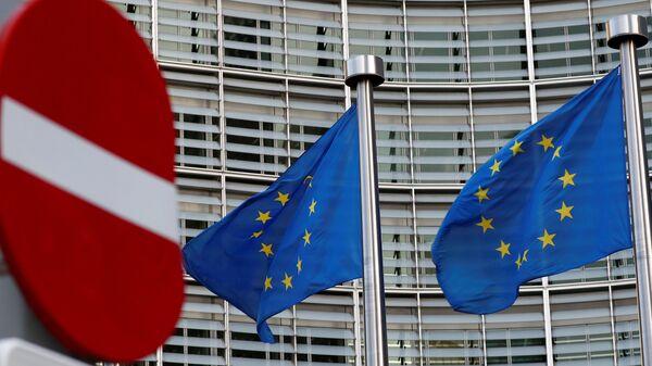 Флаги Евросоюза у здания Еврокомиссии в Брюсселе. Архивное фото