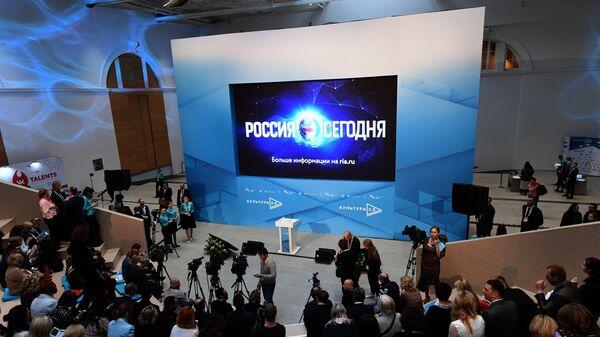 Перед началом лекции министра культуры РФ Владимира Мединского в ЦВЗ Манеж в рамках Международного культурного форума в Санкт-Петербурге