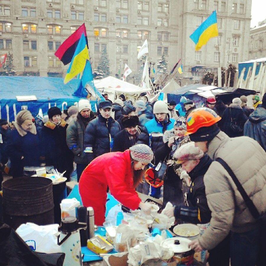 Точка раздачи еды на Майдане. Декабрь 2013