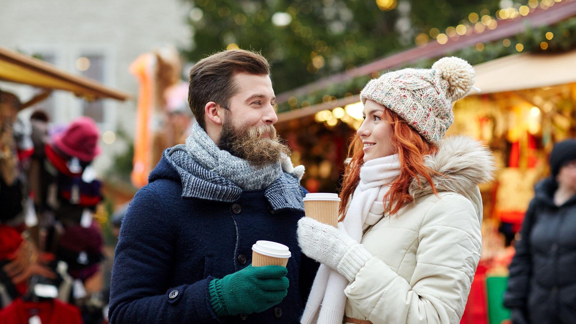 Счастливая пара пьет кофе на улице  - РИА Новости, 1920, 21.11.2020