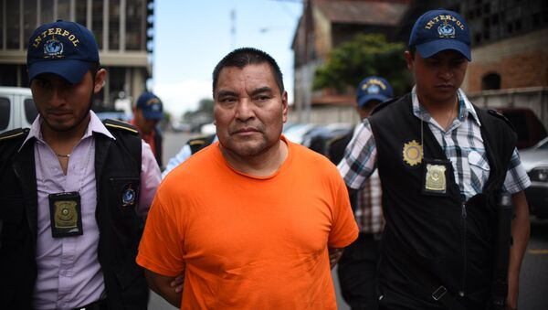 Бывший солдат армии Гватемалы Сантос Лопес Алонсо в сопровождении агентов Интерпола после депортации из США. 10 августа 2016