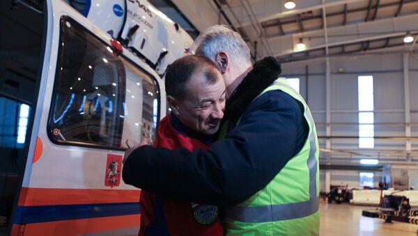 Летчик-спасатель Москвы Юрий Лебедев встречается с пациентом Валерием Афанасьевым