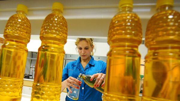 Лаборант производит анализ подсолнечного нерафинированного масла