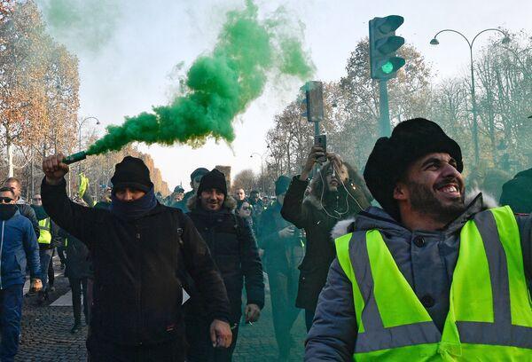 Протестующие во время акции Желтые жилеты в Париже