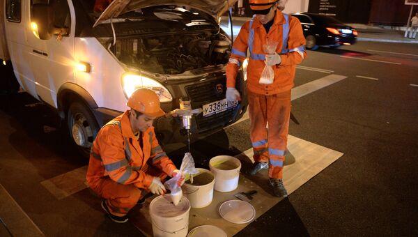 Нанесение разметки типа вафельница на перекрестках Москвы