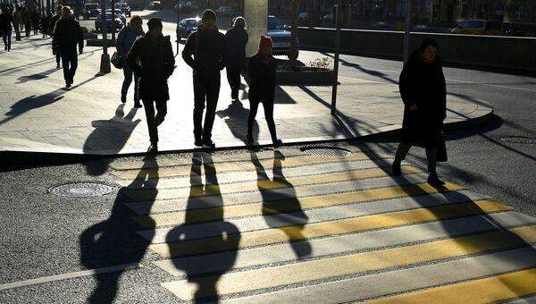 Прохожие на одном из пешеходных переходов в Москве. Архивное фото