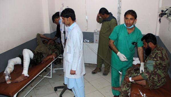 Афганские медики оказывают помощь пострадавшим от взрыва во время пятничной молитвы в мечети в провинции Хост. 23 ноября 2018
