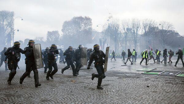 Столкновение участников акции протеста против роста цен на бензин желтые жилеты с силами правопорядка в Париже. Архивное фото