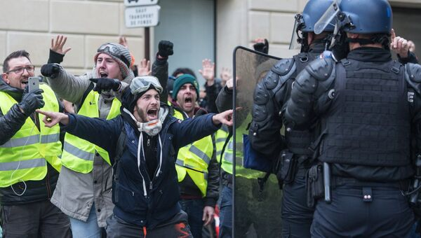 Столкновение участников акции протеста против роста цен на бензин желтые жилеты с силами правопорядка в Париже. 24 ноября 2018