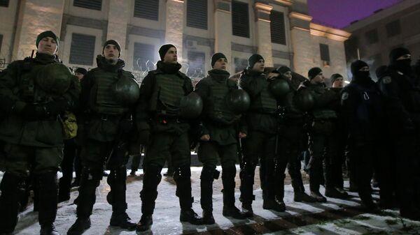 Сотрудники полиции стоят в оцеплении во время проведения акции у здания посольства России в Киеве. 26 ноября 2018
