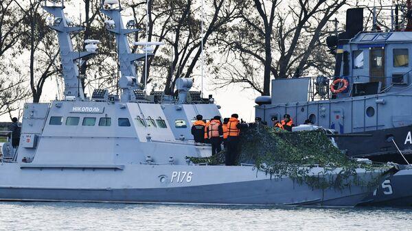 Малый бронированный артиллерийский катер Никополь и рейдовый буксир Яны Капу ВМС Украины в порту Керчи. 26 ноября 2018