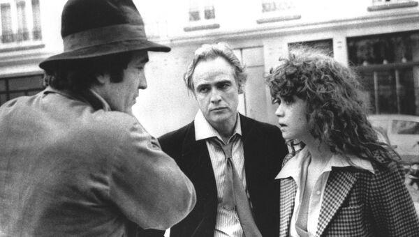 Режиссер Бернардо Бертолуччи на съемках фильма Последнее танго в Париже с ведущим актером Марлон Брандо и актрисой Марией Шнайдер в Париже. 11 февраля 1973 года