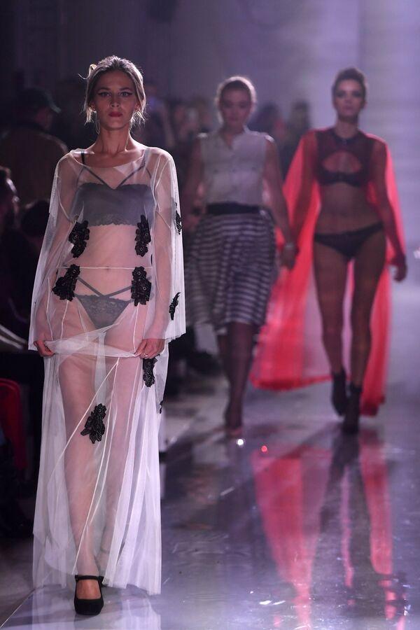 Модели демонстрируют одежду из новой коллекции Полет Амура дизайнера Зульфии Шарофеевой
