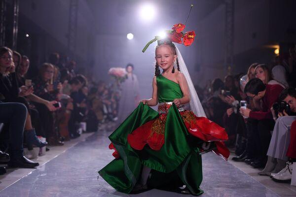 Модель демонстрирует одежду из новой коллекции Нежные цветы дизайнера NERO