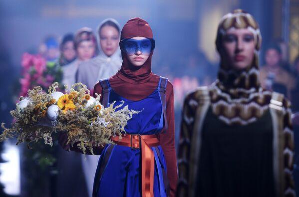 Модели демонстрируют одежду на показе в рамках международной недели моды Volga Fashion Week в Казани