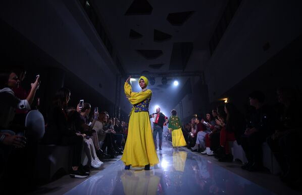 Модель демонстрирует одежду из новой коллекции Все бабы как бабы, а моя богиня дизайнера Наталии Гайдаржи