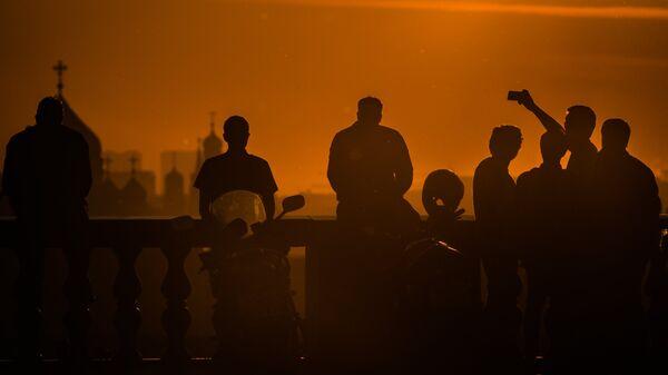 Горожане встречают рассвет на смотровой площадке на Воробьевых горах в Москве
