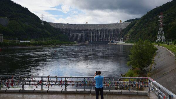Посетитель на смотровой площадке возле Саяно-Шушенской ГЭС