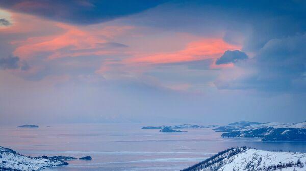 Вид на пролив Малое море озера Байкал на закате со смотровой площадки у памятника бродяге по трассе Иркутск - МРС (Маломорская рыбная станция)