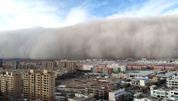 Песчаная буря в городе Чжанъе в провинции Ганьсу, Китай. Архивное фото.