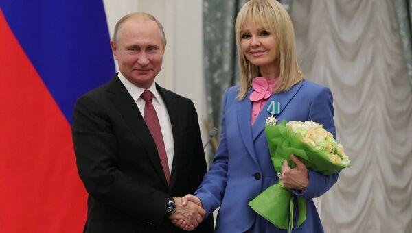 Президент РФ Владимир Путин и народная артистка РФ, певица Валерия, награжденная орденом Дружбы, на церемонии награждения в Екатерининском зале Кремля. 27 ноября 2018