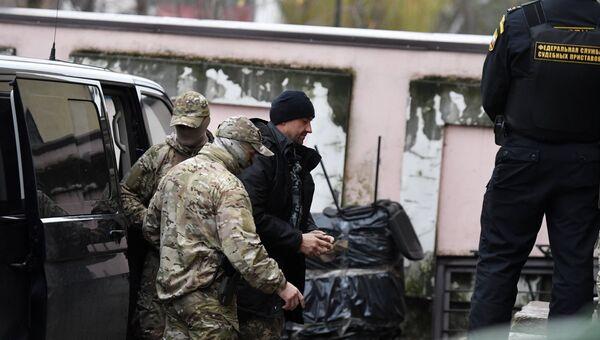 Один из моряков с кораблей ВМС Украины Бердянск, Никополь и Яны Капу доставлен в Киевский районный суд Симферополя, где будет рассмотрен вопрос об избрании меры пресечения. 27 ноября 2018