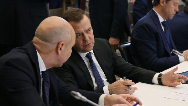 Председатель правительства РФ Дмитрий Медведев во время церемонии подписания принятых в ходе заседания Евразийского межправительственного совета документов. 27 ноября 2018