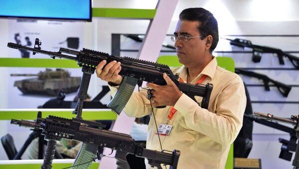 Посетитель выставки знакомится с автоматом M 96 Beryl assault rifle (калибр 5, 55Х45 мм) оборонного предприятия Польши на десятой Международной выставке оборонной промышленности IDEAS в пакистанском городе Карачи