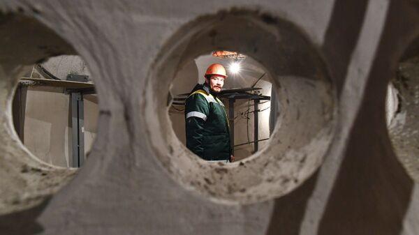 Сотрудник ГУП Москоллектор в тоннеле кабельного коллектора Пресня в Москве.