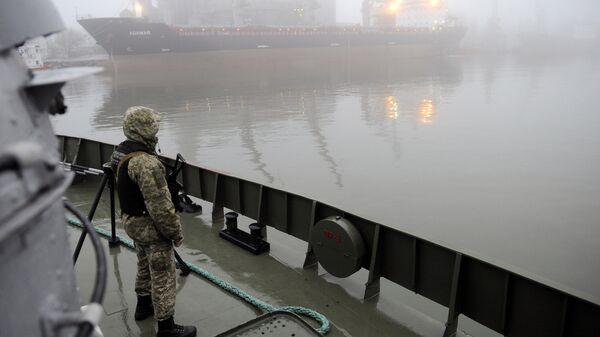 Украинский военный на борту судна Донбасс в Азовском море. Архивное фото