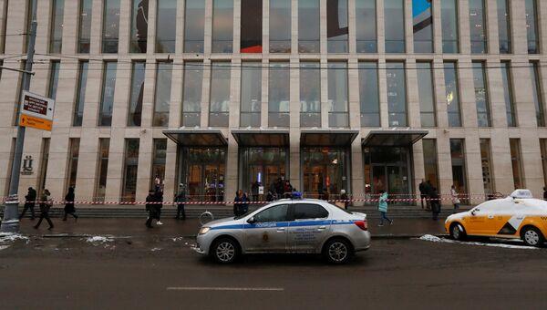 Автомобиль полиции у торгового центра Цветной в Москве. 28 ноября 2018