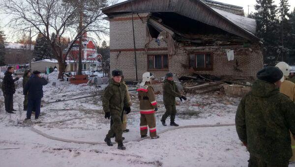 Сотрудники МЧС РФ во время ликвидации последствий взрыва бытового газа в населённом пункте Барсово Киржачского района. 28 ноября 2018